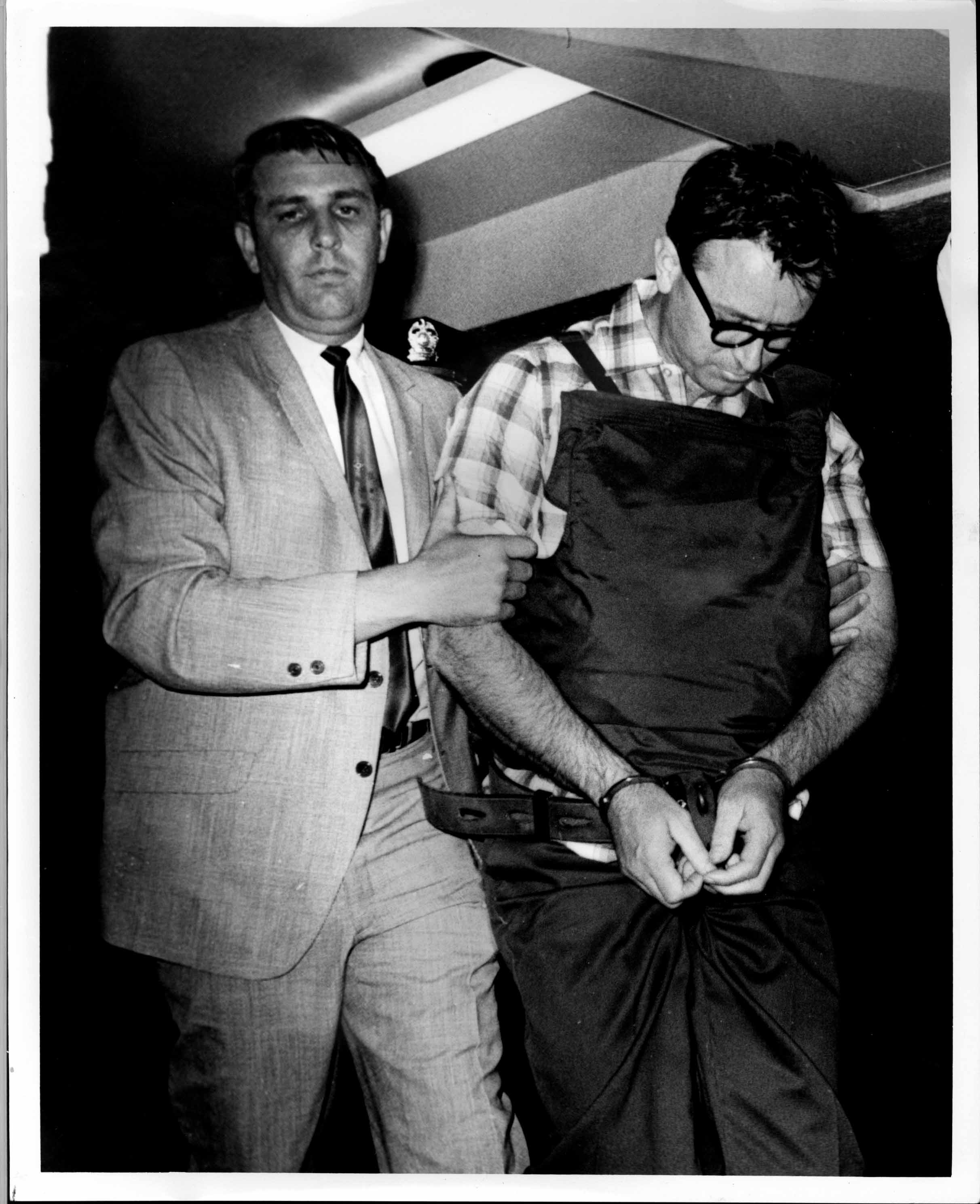 05James Earl Ray being brought into jail 05.jpg