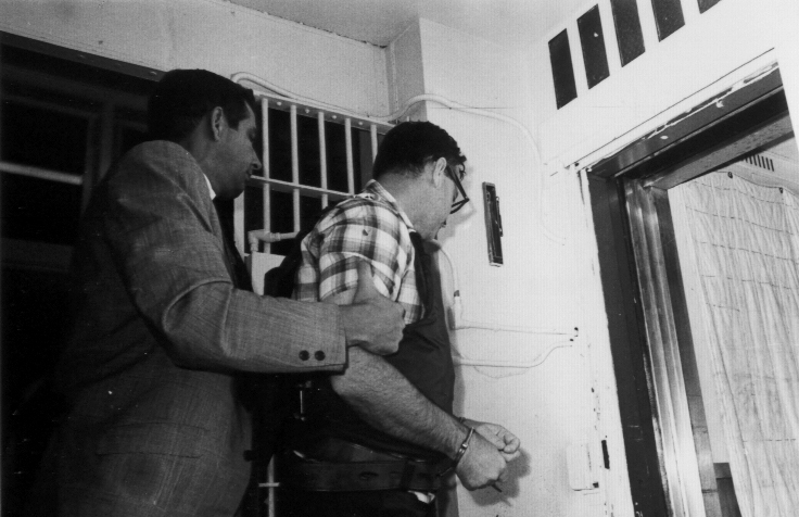 06James Earl Ray being brought into jail 06.jpg
